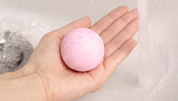 bath fizzy in hand